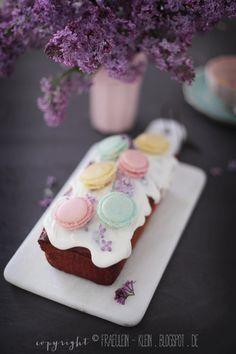 Fräulein Klein : erster Flieder, Rhabarber Joghurtkuchen, Macarons und Erdbeer-Rhabarber-Tiramisu mit Karamell