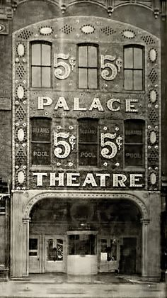 The Palace Theatre, Broadway theatre located at 1564 Broadway (at West Street) in midtown Manhattan, New York City. From 1913 through about the Palace attained legendary status among vaudeville performers as the flagship of the monopolistic Kei Vintage New York, Old Pictures, Old Photos, Vintage Photographs, Vintage Photos, Fosse Commune, Of Montreal, Movie Theater, Historical Photos