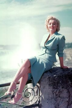 Actress Marilyn Monroe poses for a portrait in front of Niagara Falls dressed as Rose Loomis from the film 'Niagara' which was released on January 1953 and filmed partially on location at Niagara. Get premium, high resolution news photos at Getty Images Marylin Monroe, Fotos Marilyn Monroe, Young Marilyn Monroe, Marilyn Monroe Brunette, Marilyn Monroe Outfits, Vivien Leigh, Janet Leigh, Lana Turner, Divas