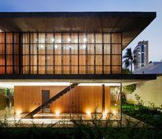 El estudio brasileño de Marcio Kogan crea Toblerone House inspirándose en el sistema Dominó de Le Corbusier.