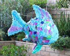 pinata en fome de poisson bleu, theme bord de mer, idée comment faire une pinata enfant
