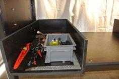 Caisse de rangement du petit matériel : aimants à angles (Magswitch, un truc américain débrayable, trop bon), pinces étaux, niveau magnétique, équerres...
