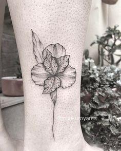 Astromélia para a querida @polipertence Alstroemeria flower for dear Poli #blackwork #botanical #fineline #dotwork #inkedwomen #tattooedwomen #tattoo2me #inkstinctsubmission #astattooistas #softattooing #tattooart #marikuroyama #kuroyamasun #kuroyamatattoo