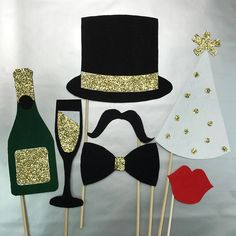 Hosting a NYE Party is a big task,the checklist goes on and on unless you plan.Get your hands on the best New Years Eve party Ideas that'll make things easy New Years Wedding, New Years Eve Weddings, New Years Party, New Years Dinner, New Year Props, Deco Nouvel An, Silvester Diy, New Year Diy, Accessoires Photo
