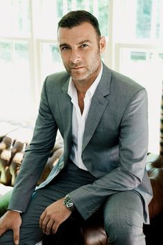 Liev Schreiber Is Ray Donovan One of my fav show. Ray Donovan, Mode Masculine, Sharp Dressed Man, Well Dressed Men, Traje Casual, Costume Sexy, Liev Schreiber, Looks Style, Men's Style
