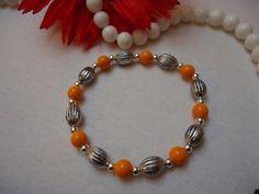 Perlenarmband mit orangenen Perlen, kleinen Silberperlen und Metallperlen