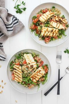 Bulgur-Salat mit Halloumi und Zitronen-Kapern-Dressing Bulgur salad with Halloumi, tomatoes, mint, Peterselie, and lemon caper dressing Veggie Recipes, Lunch Recipes, Salad Recipes, Vegetarian Recipes, Dinner Recipes, Cooking Recipes, Healthy Recipes, Lemon Dressing Recipes, Food Inspiration