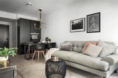 On pourrait croire que la décoration de ce petit appartement suédois est masculine. Son design basé sur le noir en fait un lieu sombre d'où la féminité est absente. Pourtant dans la chambre e…