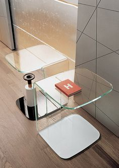Shell is a coffee table created by a thick sheet of glass, symmetrically shaped and bent with exclusive technologies.