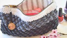 Sådan sys lynlåsen i Hæklet boble pung Chunky Crochet, Knit Or Crochet, Crochet Crafts, Crochet Projects, Crochet Coin Purse, Crochet Pouch, Homemade Bags, Bobler, Crochet Handbags