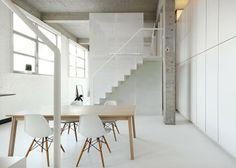 Les architectes belges du studio adn, signent cet appartement décloisonné et aménagé dans un vieux bâtiment industriel à Bruxelles. Béton brut, murs blancs, escaliers en acier plié et tours métalliques, voilà les éléments forts de ce loft.  Les deux structures à étage sont à chaque extrémité d'un salon et d'une salle à manger centraux et d'une cuisine attenante. Un mélange de métal solide et perforé a été utilisé pour faire varier la transparence des espaces plus isolés dans les tours.