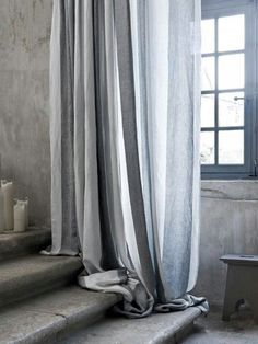 Prachtige marmerlook op de muur.I hate curtains that don't touch the floor they remind me of Captain Kirk's trousers!