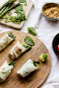 New twist on spring rolls: Asparagus spring rolls with peanut butter sauce. Wonton Wrappers, Vegetarian Lunch, Heart Healthy Recipes, Appetizer Dips, Spring Rolls, Stuffed Hot Peppers, Picky Eaters, Lunches And Dinners, Hummus