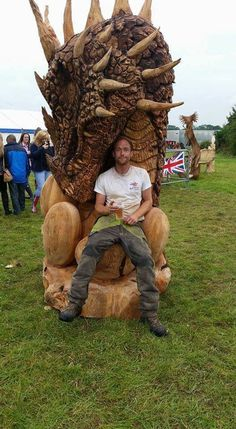 """This carving is called """"Dragon with eggs"""" by artist Matthew Crabb. It came in second in the English. Tree Carving, Wood Carving Art, Wood Art, Wood Carvings, Chainsaw Carvings, Fantasy Dragon, Dragon Art, Art Sculpture En Bois, Dragons"""
