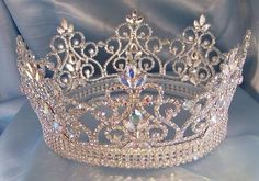 Swarovski crystal Queen crownMakone Baroque Queen Crown for WomensVintage Crowns and Tiaras with Gemstones Gi. Cute Jewelry, Hair Jewelry, Jewelry Accessories, Quinceanera Tiaras, Quinceanera Dresses, Diamond Crown, Gold Crown, Crown Jewels, Princess Aesthetic
