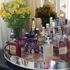 Linda decoração da bandeja do bar! Wine And Coffee Bar, Bar Tray, Gin Bar, Small Bars, Bars For Home, Decoration, Living Room Decor, Sweet Home, Interior Design