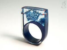 Strickzeug - Aussergewöhnlicher Strick-Ring mit blauen Mini-Strickzeug und Stricknadeln in Giessharz