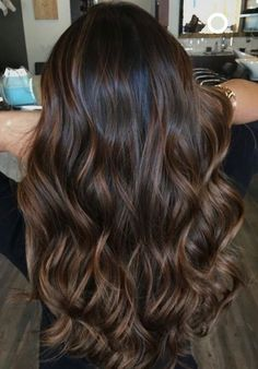 Highlighted hair is really glamorous whether it is ombre, sombre, or balayage. W… Highlighted hair is really glamorous whether it is ombre, sombre, or balayage. We have collected ideas of brunette hair with highlights. Brunette Hair With Highlights, Highlights For Dark Brown Hair, Brown Hair Balayage, Hair Color Balayage, Brown Hair Colors, Subtle Balayage Brunette, Babylights Brunette, Brunette Fall Hair Color, Bayalage Caramel