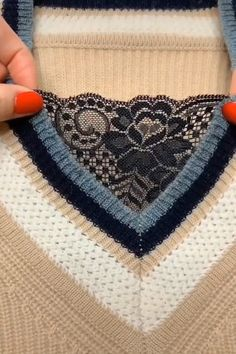 These Stitching Ideas & DIYs are Incredible! Sewing Hacks, Sewing Tutorials, Sewing Projects, Techniques Couture, Sewing Techniques, Hand Embroidery Videos, Embroidery Stitches, Crochet Stitches Patterns, Sewing Patterns