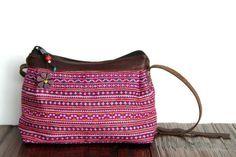 Un très jolie sac de femme conposé de cuir et de broderie