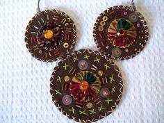 Super original esse colar de feltro marrom, trabalhado com linhas coloridas, shatoons, lantejoulas, fuxico de tecido importado, cordão de couro.Ajustável a qualquer tamanho. Os círculos medem 9,5cm e 7,5cm. R$ 46,80