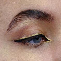 makeup eyeliner – Hair and beauty tips, tricks and tutorials Gold Eyeliner, Matte Liquid Eyeliner, Eyeliner Looks, Makeup Inspo, Makeup Art, Makeup Inspiration, Makeup Tips, Makeup Ideas, Pretty Makeup