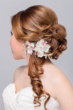 Brautfrisur mit Locken und halb offen gestylt - weitere Frisuren: www.ihr-wellness-magazin.de