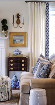 gorgeous living room paint color ideas for the heart of the home 19 Home Living Room, Living Room Decor, Living Spaces, Traditional Decor, Traditional House, Traditional Dining Rooms, Blue And White Living Room, Sophisticated Style, White Decor