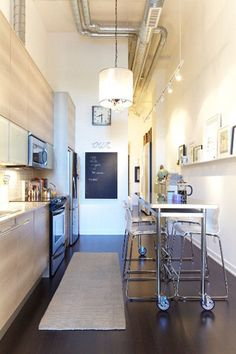 細長いキッチンを上手にレイアウトしていますね。スチールフレームの家具で圧迫感を感じさせないのもgood!