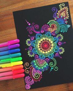 mandalas para colorear con elementos florales, fondo negro, colores llamativos