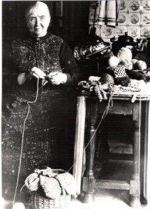 Een Grolse Wanten breidster uit 1935