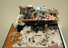 Joe Fig reproduit l'espace de travail d'artistes célèbres en miniature, allez sur son site pour en découvrir d'autres ainsi que le nom des artistes.
