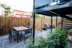 Cours intérieure.  Les condos KnightsBridge sont parfait pour les familles. Condos, Parfait, Patio, Outdoor Decor, Design, Home Decor, Real Estate Development, Indoor Courtyard, Families