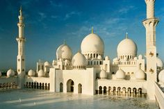 Sheikh Zayed Mosque, Abu Dhabi, U.E: The Mosque is located in Abu Dhabi, the capital city of the United Arab Emirates and is considered to be the extremely. Abu Dhabi, Cool Places To Visit, Places To Travel, Places To Go, Beautiful Mosques, Beautiful Buildings, Destination Soleil, Voyage Dubai, Wanderlust