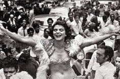 """A antropóloga Mirian Goldenberg lamenta a morte de Leila Diniz. Para ela, a atriz morreu cedo e tinha muito o que legar para as mulheres. Hoje, ela teria 70 anos e seria um exemplo de como envelhecer e não se deixar aprisionar pela cultura da juventude. No meu livro tem uma frase dela: 'Eu sou uma explosão, mas com 100 anos vou estar maravilhosa, vou estar cada vez melhor'""""."""