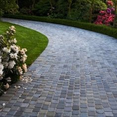 Driveway ideas with pavers - Let's improve the curb appeal of your house's exterior with these driveway ideas with paving. Cobblestone Driveway, Driveway Paving, Driveway Design, Concrete Driveways, Driveway Landscaping, Modern Driveway, Asphalt Driveway, Walkways, Shingle Driveway