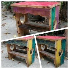 Banquinho madeira reciclada - feito com palete e com patinas de cores vibrante