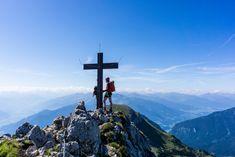 Beim 5-Gipfel-Klettersteig am Achensee hat man die Möglichkeit, fünf Gipfel im Rofangebirge über jeweils fünf Klettersteige zu erklimmen: Die Haidachstellwand, den Rosskopf, die Seekarlspitze, das Spieljoch und den Hochiss. Adventure, Mountains, Nature, Travel, Hiking Trails, Climbing, Hiking, Naturaleza, Viajes