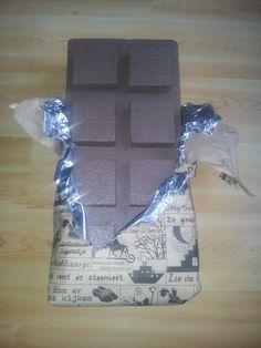 surprise chocoladereep; gemaakt van piepschuim, wikkel van wat dikkere alufolie en sinterklaaspapier