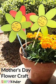 Make this Mother's Day flower craft to show mom how special she is to you! DIY Mother's day gift kids can make in class.