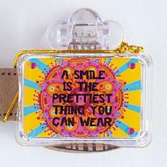 """Zahnbürsten Cover aus Plastik für die Reise. Das schicke Cover ist mit einem Mandala in Pink auf gelbem Grund versehen. Super Hobo Hippy Style für unterwegs. Die Verpackung ist mit einem Zahnbürstenstiel aus Pappe versehen, damit der Beschenkte auch gleich im Bilde ist :). Und der Spruch ist doch super für eine Zahnbürste, oder? """"A Smile Is The Prettiest Thing You Can Wear.""""  Natural Life im Vertrieb bei NOI  #naturallifelaugh #naturallifedeutschland #NOI #NOIhamburg #Zahnbürste"""