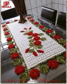 Caminho de mesa em Crochê Jardim Encantado. Confeccionado com fios Barroco da Círculo é fio Duna. A medida é de 1.20cm Caso queira maior entrar em contato. Pode ser feito nas cores de sua preferência.