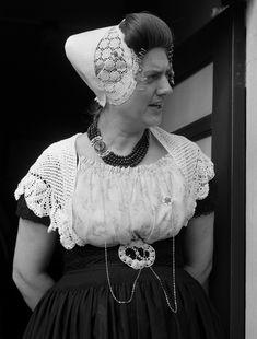 Een poos geleden blogde ik over de Hollandse patronen van Christel Krukkert, en gisteren kreeg ik van Plonie deze foto's. Ze had het patroo... Folk Costume, Costumes, Pose, Crochet Hats, Ruffle Blouse, Folklore, Netherlands, Bing Images, Dresses