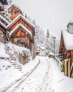 A beautiful winter landscape with lots of snow. - A beautiful winter landscape with lots of snow. Winter Szenen, Winter Time, Winter House, Vermont Winter, Places To Travel, Places To Visit, Travel Destinations, Les Continents, Winter Images