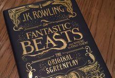 """Como tinha sido confirmado em abril, o roteiro de """"Animais Fantásticos e Onde Habitam"""" seria publicado. Pois então, o livro está prontinho e a J.K Rowling divulgou uma foto do exemplar (queremos!). * """"Animais Fantásticos"""" vira um jornal animado (igual do mundo bruxo) na vida real * Nova cena de """"Animais Fantásticos"""" mostra Newt falando …"""