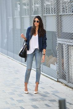 Federica L. is daring to wear the bomber jacket trend in a gorgeous shade of royal blue, paired with classic distressed denim jeans and a pair of white stilettos. We love the summery vibe which this look exudes. Top: Zara, Jacket: Shein, Jeans: Bershka.