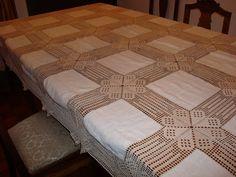 Esta lindissima toalha é o último trabalho da minha mãe, trata-se de uma encomenda de uma pessoa amiga. Os quadrados de linho foram forn...