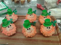 ST.PATTY'S Day cupcakes! Top hat and beard made out of Marshmallows. Eyes made out of chocolate mini M & M's