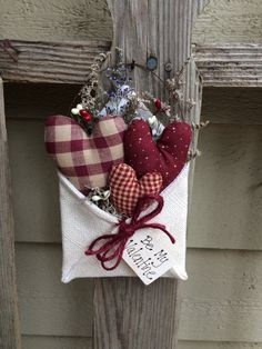 SEASONAL SALE Primitive Valentines Day Envelope stuffed with red homespun hearts, pip berries, dried flowers and trimmed with jute bow and tag with valentine saying. Appx 5 tall by wide.not including the wire. Valentine Wreath, Valentine Day Love, Valentine Day Crafts, Holiday Crafts, Valentines Bricolage, Fabric Hearts, Lavender Bags, Crazy Patchwork, Valentines Day Decorations