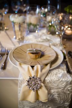 the use of brooches for your napkins and can also be your guests favors